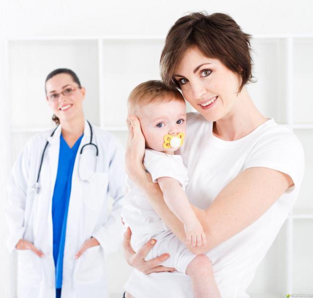 Мать с ребенком и врачом