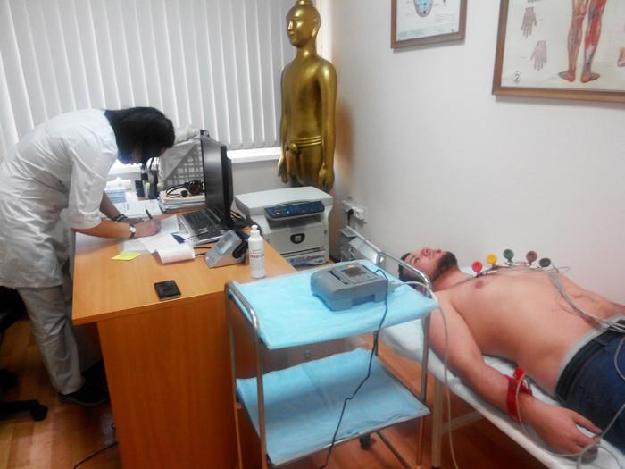 Мужчина на электрокардиографии